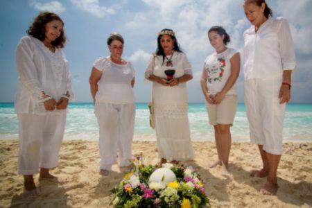 ceremonia en el mar con urna ecológica